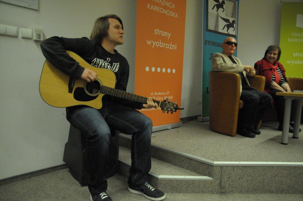 Tomasz Taf z gitarą...